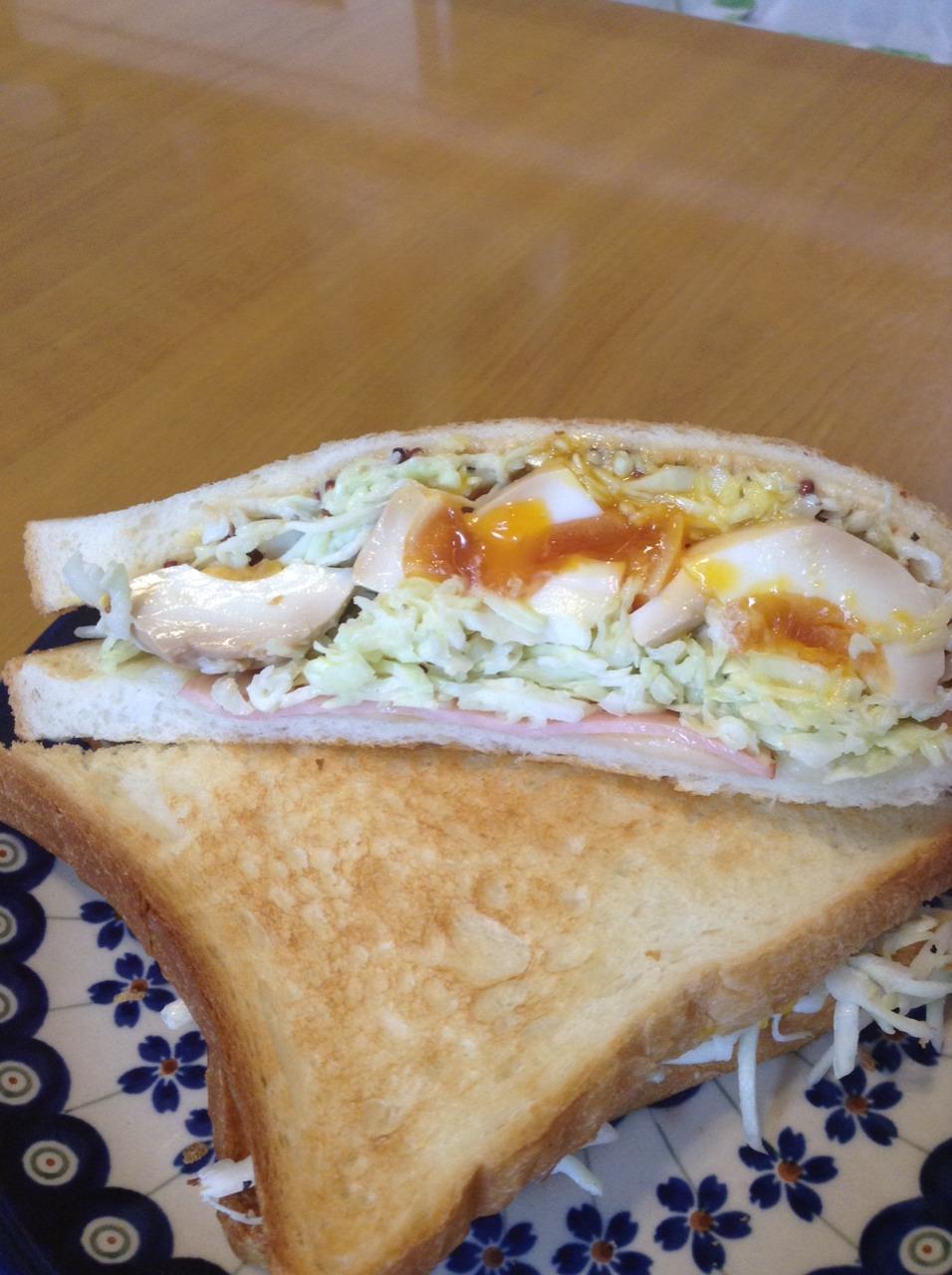 サンドイッチに醤油糀漬けのゆで卵を♪
